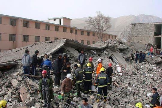 Rescatistas buscan sobrevivientes en un edificio derrumbado en el condado de Yushu, en la provincia occidental china de Qinghai. Foto: AP