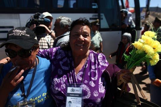 Familiares de los mineros llegan al lugar de la perforación tras conocer la noticia del rompimiento. Foto: LA NACION / Aníbal Greco