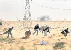 Los rebeldes huyen de un ataque mientras intentan tomar la estratégica ciudad de Ajdabiya