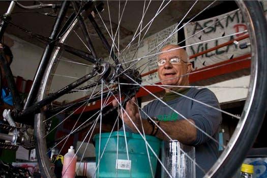 "Un de los ""mécanicos de las bicis"" da una clase sobre su especialidad. Foto: Gentileza:Andrés Santamarina / lafabricicleta.blogspot.com"