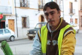 José Antonio, de electricista desocupado a afortunado barrendero.