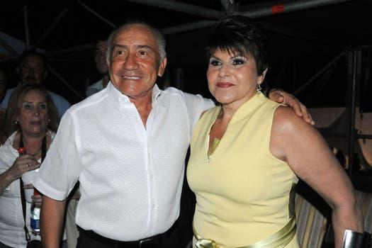 Oviedo junto a su esposa, Raquel Marín, durante la actual campaña electoral. Foto: EFE
