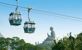 Un gran buda sentado recibe a los turistas, que llegan en teleférico, en la parte más alta de la isla de Lantau