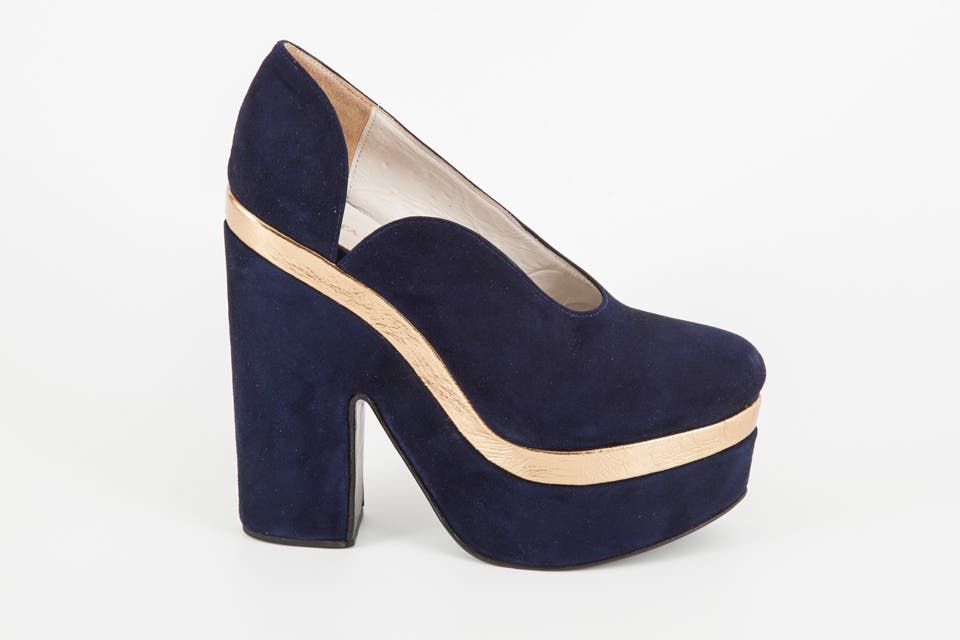 Zapato plataforma azul y dorado gamuza (Justa Osadía, $1425 ).