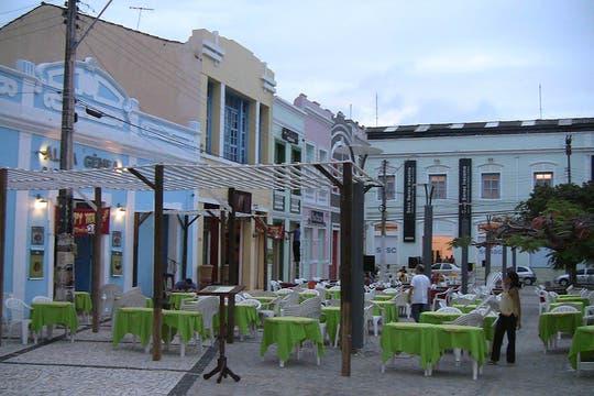 En el Centro Dragão do Mar de Arte e Cultura, hay bares y restaurantes que apelan a la arquitectura colonial. Foto: LA NACION / Carlos Sanzol