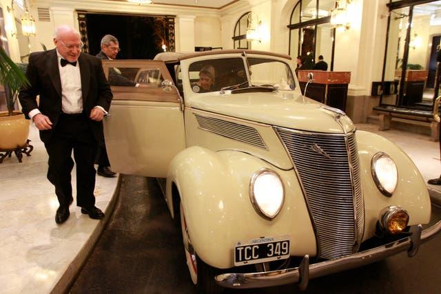 Julio César Crivelli, presidente de la Asociación Amigos del Museo Nacional de Bellas Artes, arribó al lugar en un auto de época