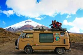 Maru Orza y Martín Sesana en Otopaxi, Ecuador; desde 2011, cuentan sus viajes en www.kombirutera.com.ar