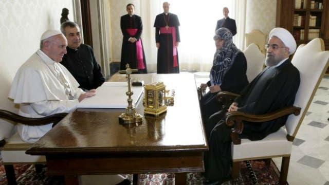 El mandatario de Irán dialoga con el papa Francisco. Foto: Archivo