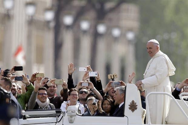 El Papa, ayer, al llegar a la Plaza San Pedro