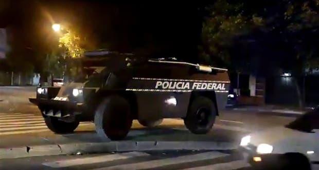 Un vehículo blindado fue utilizado en un barrio conflictivo del conurbano