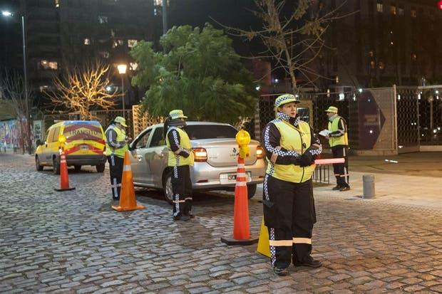 Agentes de tránsito porteños realizan tests de alcoholemia en Soler y Juan B. Justo