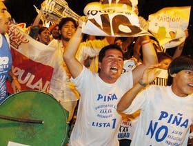 Cientos de opositores a la reelección ilimitada de Rovira salieron anoche a festejar por las calles de Posadas