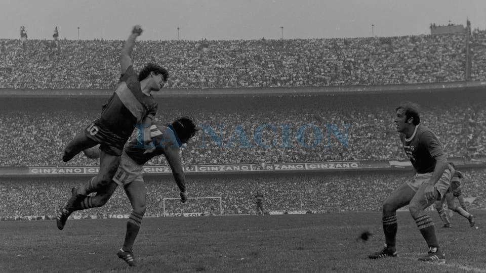 2-8-1981: la Bombonera repleta para el triunfo ante Ferro por 1 a 0; salta a cabecear con Miguel Angel Juárez ante la mirada de Juan Rocchia.. Foto: LA NACION