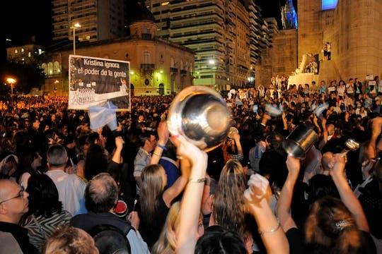 Rosario. Miles de personas se agruparon en los principales centros demográficos para manifestarte contra el Gobierno. Foto: LA NACION / Marcelo Manera