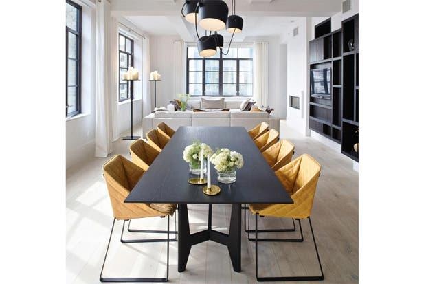 un comedor que es un sueo la largusima mesa negra se acompa con unas originales sillas de lneas geomtricas en color ocre y negro foto