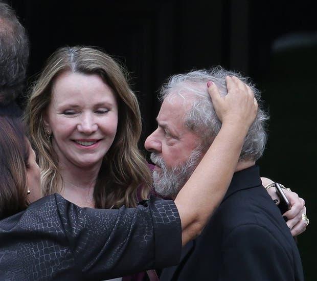 Lula recibió ayer el afecto de senadoras luego de una reunión en Brasilia