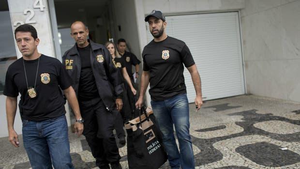 La policía allana el departamento donde vive el senador en Río de Janeiro