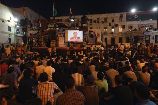 Los rebeldes libios observan el discurso de un desertor Abdul Salam Galod, disidente de Muammar Gaddafi. Foto: Reuters
