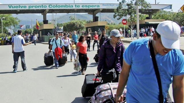 Cruce: migrantes venezolanos cruzan el Puente Internacional Simón Bolívar, en Cúcuta, Colombia, el principal destino de los emigrantes que dejan el país dos por la crisis
