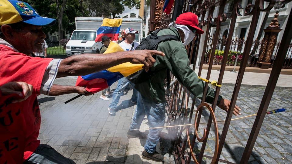 Un grupo de presuntos simpatizantes del Gobierno venezolano entró a la fuerzaa la sede del Congreso.. Foto: EFE / Miguel Gutierrez
