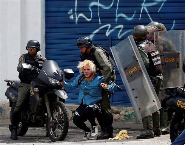 La Guardia Nacional, ayer, al detener a un manifestante en Caracas