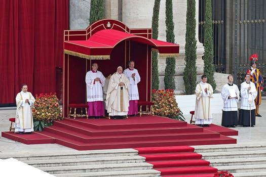 En una emotiva ceremonia, el papa Francisco proclamó hoy la santidad de Juan XXIII y Juan Pablo II ante Benedicto XVI. Foto: EFE