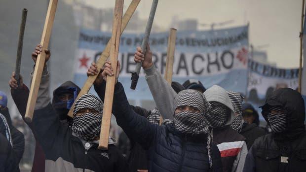 Miembros de Quebracho y de la Tupac Amaru, días atras, en abierto desafío a la ley, monopolizaron el espacio público