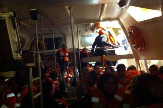 Unidades de Guardacostas, buques mercantes y transbordadores participaron en la evacuación de pasajeros y tripulantes.