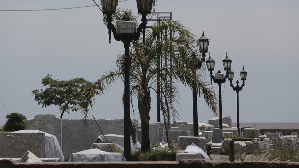 Transcurrió más de un año y medio desde que la estatua de Cristóbal Colón cruzara parte del bajo porteño para llegar a su nuevo hogar en Costanera Norte, sin embargo aún continúa desarmada. Sólo fue construida la base. Foto: LA NACION / Soledad Aznarez