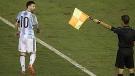 Messi increpó a la terna arbitral brasileña que dirigió ante Chile