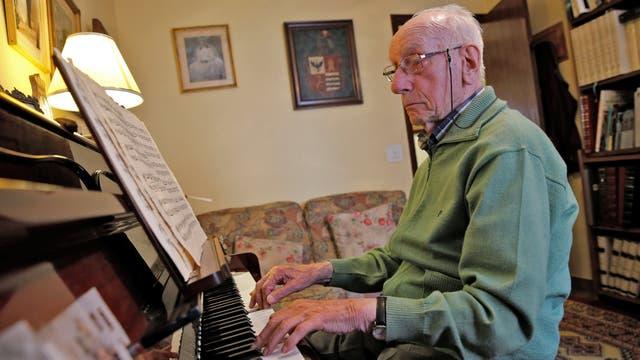 Pedro Rodríguez, de 106 años, toca el piano en su casa de Cangas de Onis, Asturias, en el norte de España.