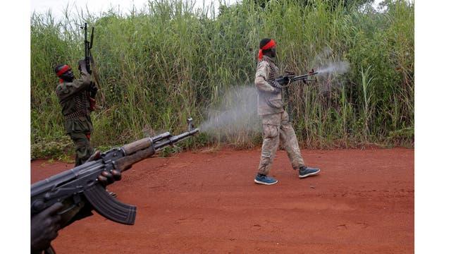 Rebeldes devuelven el fuego mientras marchan tras un asalto a los soldados del Ejército de Liberación del Pueblo de Sudán (SPLA) en la ciudad de Kaya, en el camino entre Kaya y Yundu,