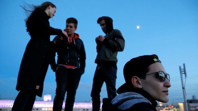 Integrantes del equipo de Rudex en una terraza de un edificio en Moscú
