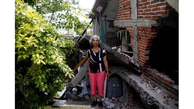 Cenobia Riquelme, de 76 años, ama de casa que sufre de Alzheimer, posa junto a su casa después del terremoto en Jojutla de Juárez