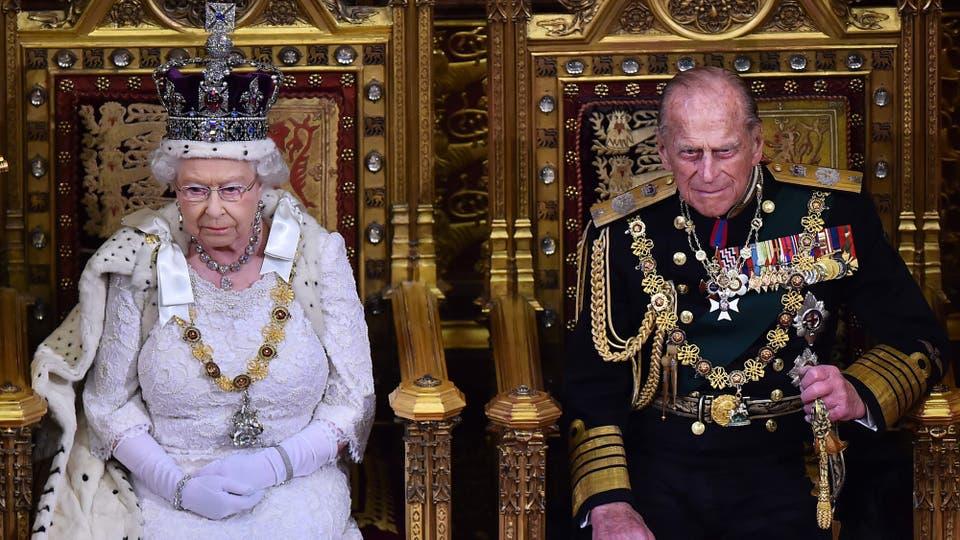 Felipe, el duque de Edimburgo junto a la Reina Isabel II en la Cámara de los Lores el 27 de mayo de 2015. Foto: AFP