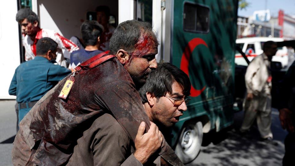 Un hombre carga un herido en sus hombros en busca de ayuda médica. Foto: Reuters
