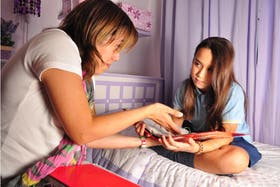 Martina, alumna de cuarto grado del Colegio Santa Magdalena, en plena tarea, asistida por su mamá, Mariela