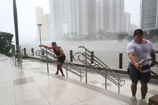 En Miami la gente luchaba contra el viento y la lluvia en el río Miami, desbordado por el paso del huracán Irma. Foto: AFP