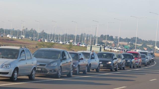 Una gran cantidad de vehículos circula por el puente fronterizo entre la provincia de Misiones y Paraguay