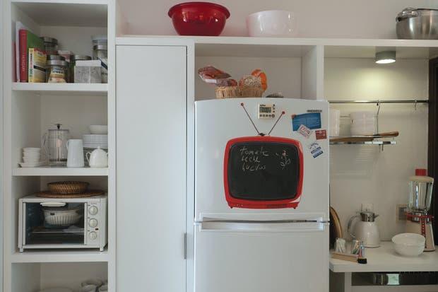 Pegado a la heladera, el único televisor de la casa..