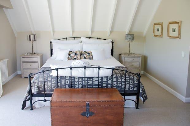 Blanco y negro grafito para el hierro de la cama, los almohadones y las pantallas..  Foto:Living /Mauro Ramírez