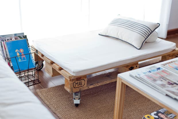"""El camastro lo construyó el dueño de casa con un pallet de importación, ruedas y un colchón de goma espuma tapizado con bull. """"Me encanta hacer yo mismo el mobiliario de mi casa"""", comparte este amante del diseño.  /Javier Picerno"""