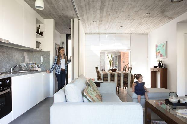 """La cocina, si bien puede cerrarse parcialmente mediante paneles, casi siempre permanece abierta. """"La verdad que la cocina integrada es práctica, al margen de que también es muy linda y no hace falta tapar nada"""", dice Sofía.  /Daniel Karp"""