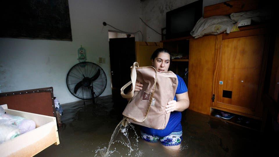 La desesperación por salvar las pertenencias en un lugar donde la lluvia no da tregua, en poco tiempo cayeron alrededor de 500 milímetros. Foto: LA NACION / Mauro V. Rizzi /Enviado especial