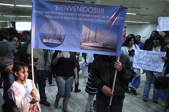 La emotiva llegada a Ezeiza de los marinos desde Ghana, tras una larga espera e incertidumbre. Foto: LA NACION / Marcelo Gómez