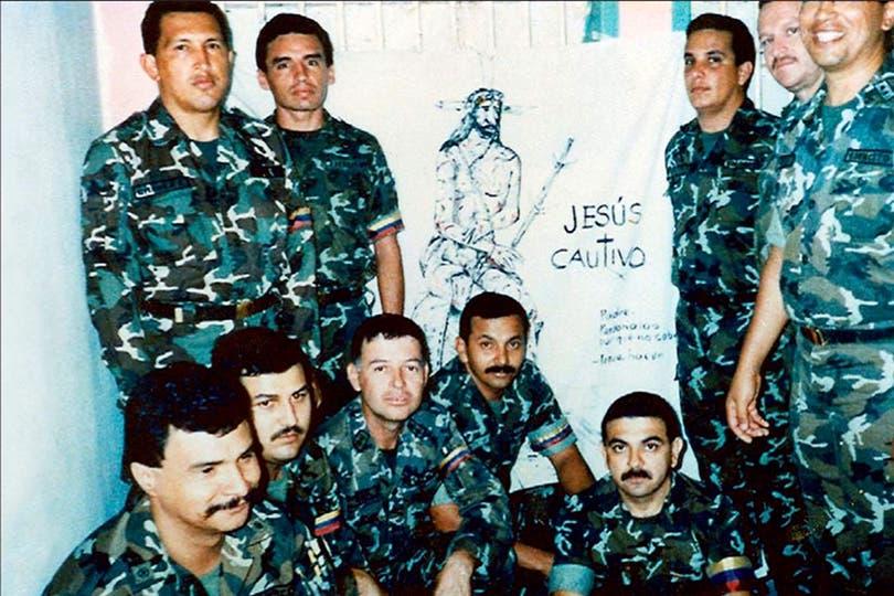 Con sus compañeros del fallido golpe de Estado, en la cárcel de Yare II, cerca de Caracas. Foto: AP