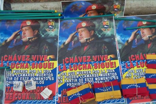 Afiches y banderas, parte de los recuerdos que se ofrecían en la calle. Foto: LA NACION / Juan Pablo De Santis