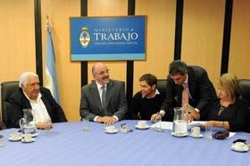 Firma en acuerdo en el Ministerio de Trabajo, junto a Lescano, Tomada, Kicillof, Baratta y Rial