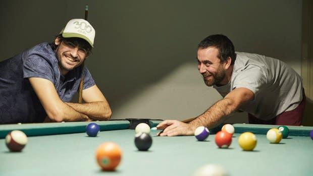 Patricio y Tomás se juntan a jugar al pool como en su infancia.