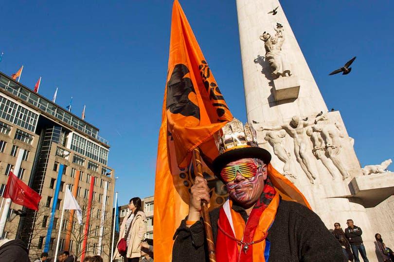A pocas horas de la entronización del príncipe y su esposa argentina, las calles de Holanda se llenan de souvenirs en homenaje a los nuevos reyes. Foto: Reuters